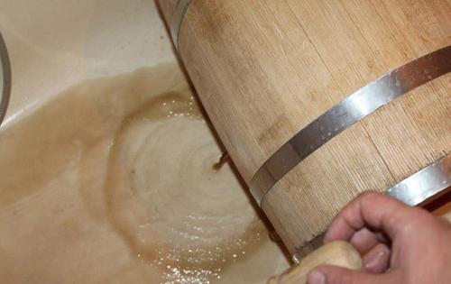 слив воды из бочки