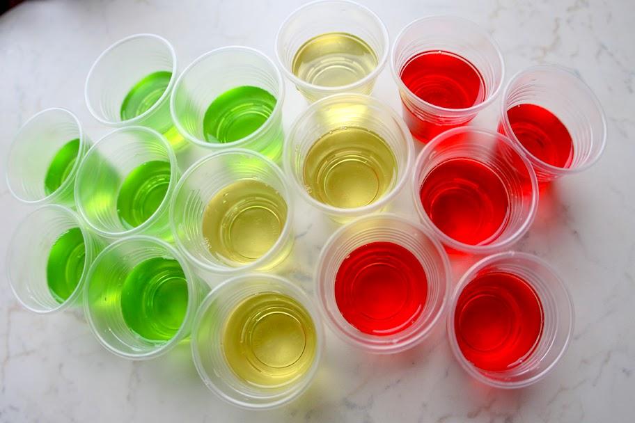 Почему по приметам нельзя пить спиртное из пластиковых стаканчиков