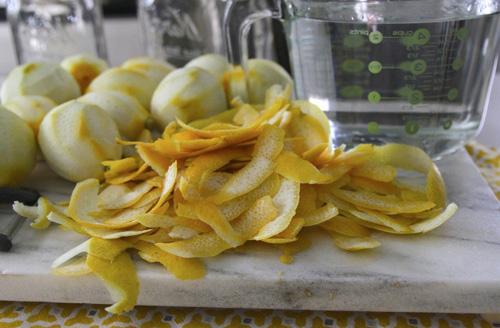 срезать с лимонов цедру