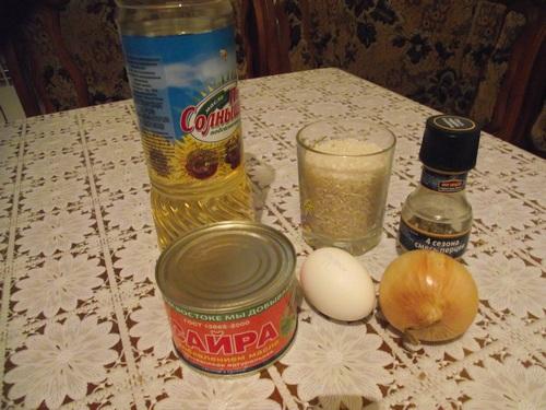 ингредиенты: консервы, рис, яйцо, масло, лук