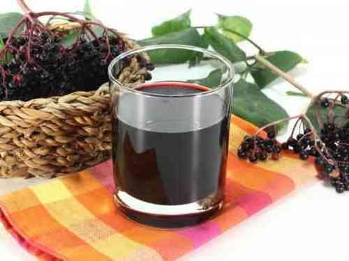 рябиновое вино с листьями вишни