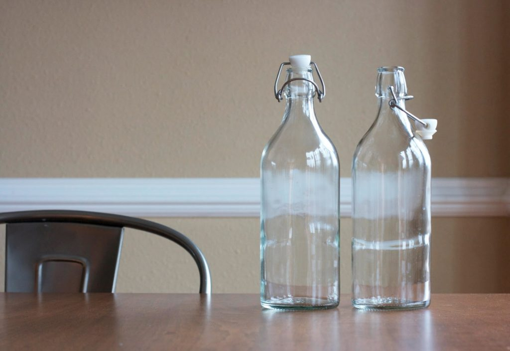 Почему нельзя ставить пустую бутылку на стол и как загадать с помощью нее желание