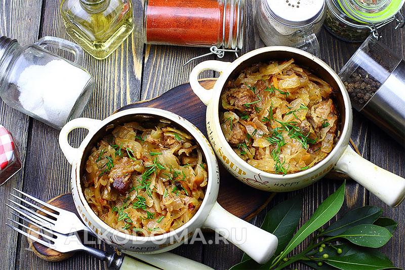 Говядина с квашеной капустой и грибами в горшочках на ужин или праздничный стол