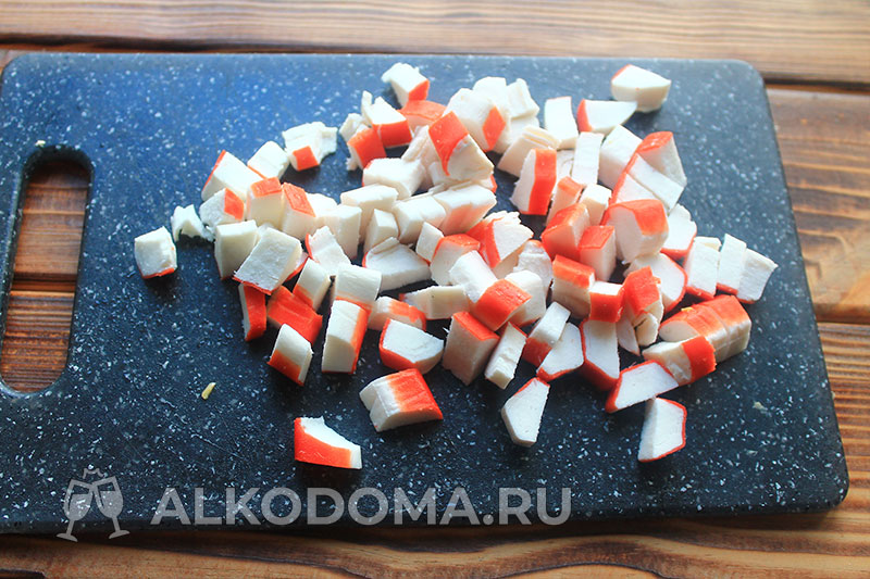 Необычный салат с крабовыми палочками, вкус которого еще нежнее классического