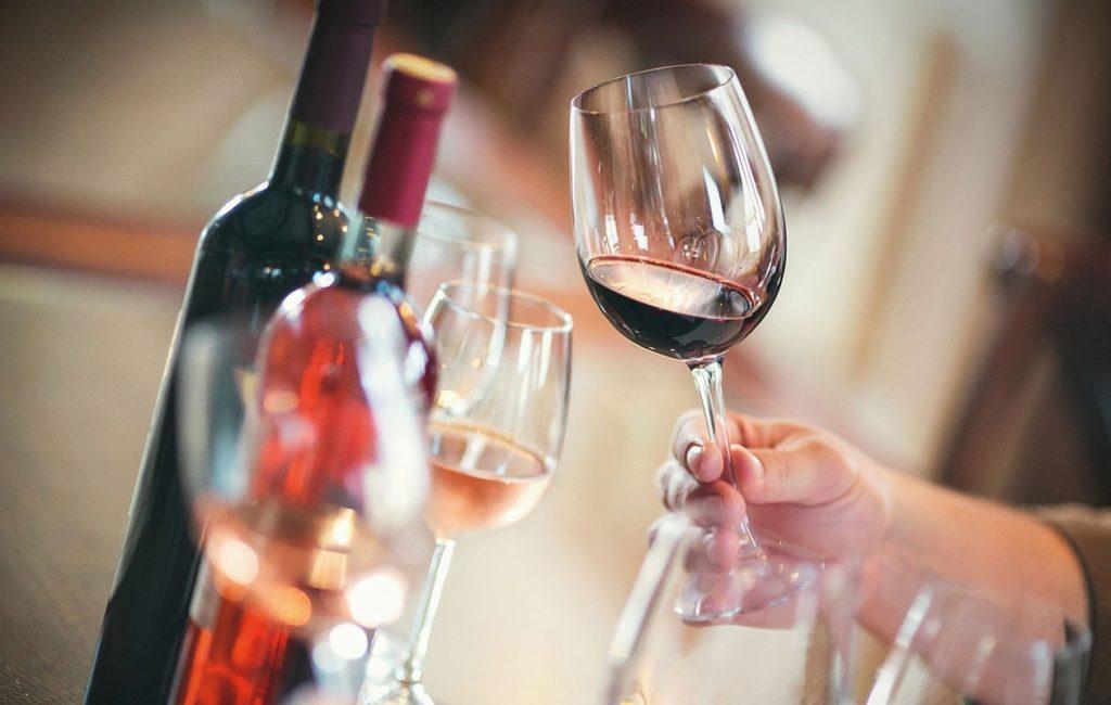 Зачем дегустаторы вращают вино в бокале