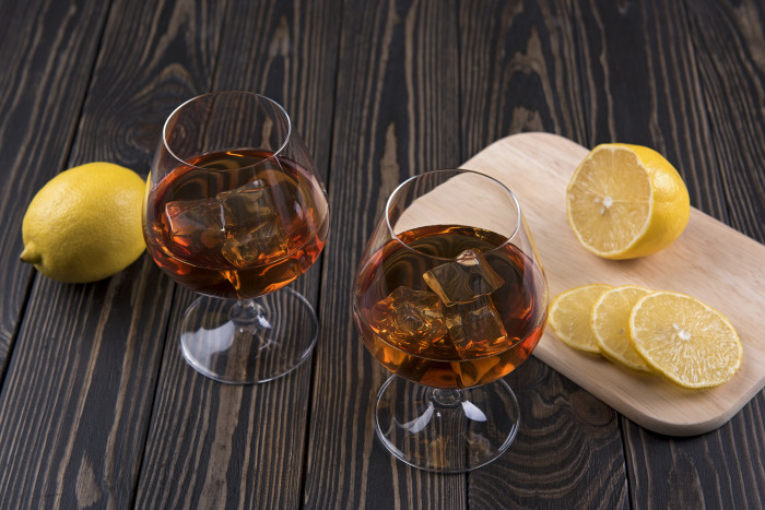 История интересной традиции: откуда повелось закусывать коньяк лимоном
