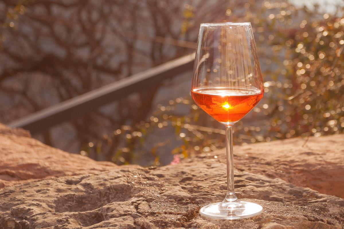 Оранжевое вино: что это за напиток и в чем его особенности
